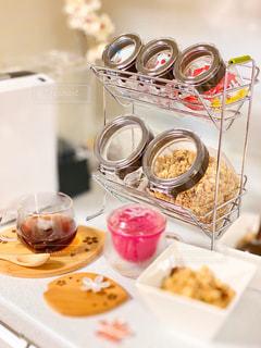 皿の上に食べ物の皿をトッピングしたテーブルの写真・画像素材[2874275]