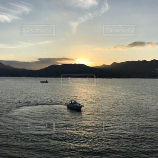 大きな水域にある小さなボートの写真・画像素材[2984605]