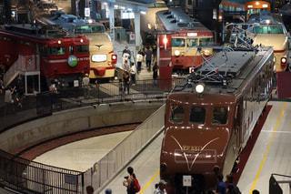 電車の駅で座っている人々 のグループの写真・画像素材[761218]