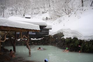 雪の中に立っている人々 のグループの写真・画像素材[777642]