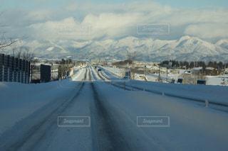 雪の覆われた道観の写真・画像素材[1740135]