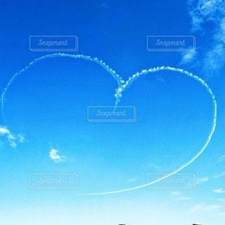 晴れた日に凧を飛ばす人々のグループの写真・画像素材[2988871]