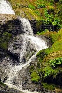 岩を滑り落ちる滝の写真・画像素材[4674157]