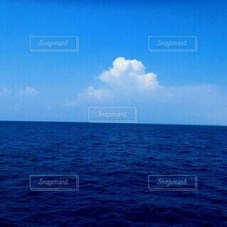 青空と青い海の写真・画像素材[4674199]