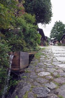 石畳の脇に木製水路の写真・画像素材[4775136]