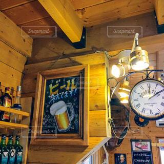 ビールのポスターと時計、レトロ風の写真・画像素材[4775479]