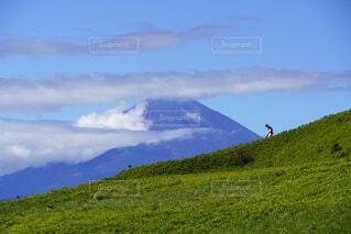 緑の山と富士山の写真・画像素材[4932212]