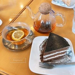 テーブルの上の食べ物の皿の写真・画像素材[2707013]