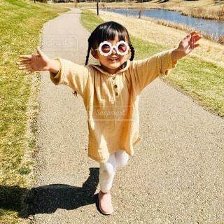 フリスビーを投げる小さな女の子の写真・画像素材[3647395]