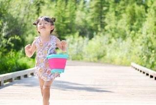 小さな女の子がカメラを見ているの写真・画像素材[3660289]