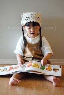 テーブルの上に座っている小さな子供の写真・画像素材[3696832]