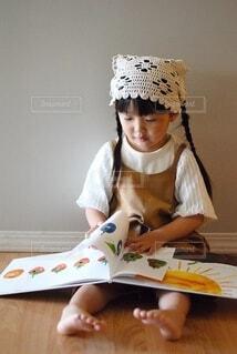 テーブルの上に座っている小さな男の子の写真・画像素材[3696831]
