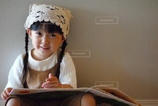 テーブルの上に座っている女の子の写真・画像素材[3696834]