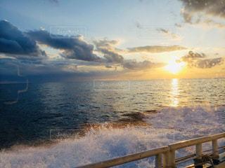 海,空,太陽,雲,夕暮れ,波,水面,光,船上,眺め