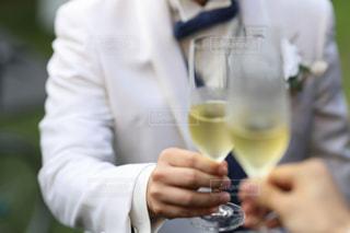 男性,結婚式,ワイン,グラス,乾杯,ドリンク,シャンパン,ガーデンウェディング,手元,おしゃれ,ウェディング,インスタ映え