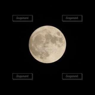 大きな満月の写真・画像素材[3931337]