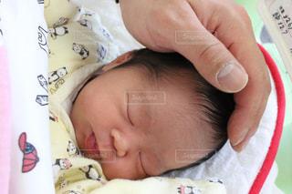 赤ん坊を抱く手の写真・画像素材[2805105]