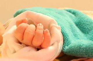 赤ん坊を抱く手の写真・画像素材[2806386]