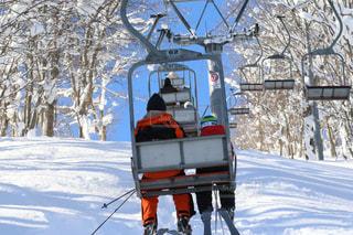 雪に覆われた斜面をスキーで滑る人の写真・画像素材[2808477]