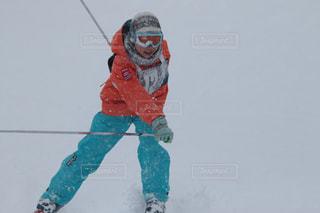雪に覆われたスキーヤーの写真・画像素材[2808508]