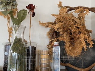 テーブルの上の花瓶の写真・画像素材[2810240]