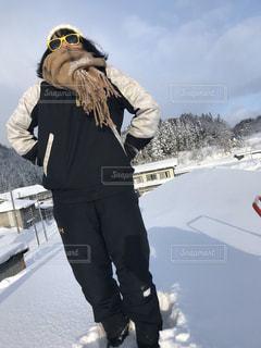 雪の中に立っている人の写真・画像素材[2811436]