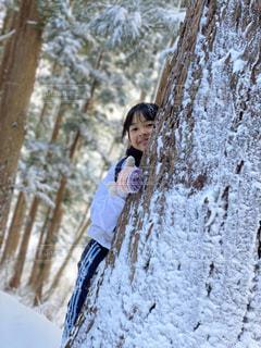 雪に覆われた斜面に立っている人の写真・画像素材[2839259]