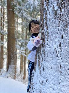 雪に覆われた森の上に立っている人の写真・画像素材[2841039]