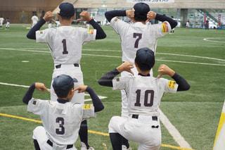 芝生に覆われた野原の上に立つ野球選手のグループの写真・画像素材[2938453]