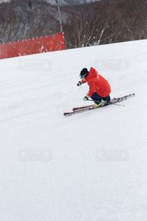 雪に覆われた斜面をスキーに乗る男の写真・画像素材[2944970]