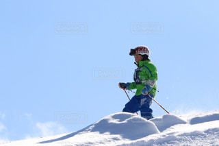 子ども,1人,アウトドア,空,スポーツ,雪,屋外,晴天,山,丘,人物,人,スキー,ゲレンデ,レジャー,男の子,冒険,スノーボード,斜面,新雪,日中,ウインタースポーツ,パウダースノー