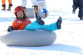 スノーボードに乗っている人の写真・画像素材[2944972]