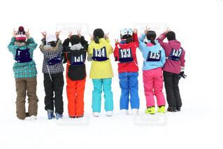 女性,子ども,友だち,2人,3人,5人以上,モデル,10代,アウトドア,冬,スポーツ,雪,屋外,晴天,女の子,人物,人,スキー,ゲレンデ,レジャー,雪白