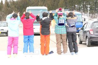 雪に覆われた車の上に立っている人々のグループの写真・画像素材[2945015]