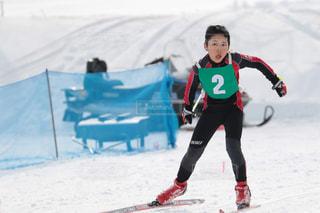 雪に覆われた斜面をスキーに乗る人の写真・画像素材[2963682]