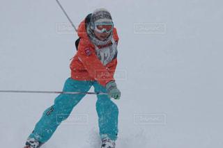 雪に覆われた斜面をスノーボードに乗っている男の写真・画像素材[2963685]