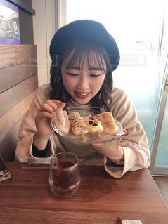 食べ物を食べるテーブルに座っている小さな女の子の写真・画像素材[2975865]