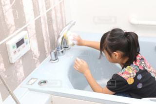 流しの前で髪を磨く小さな女の子の写真・画像素材[3089966]
