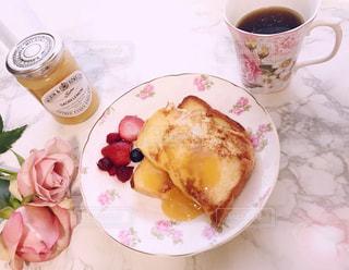 食べ物の皿とコーヒー1杯の写真・画像素材[2735168]