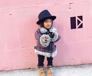 建物の前に立っている小さな男の子の写真・画像素材[2824432]