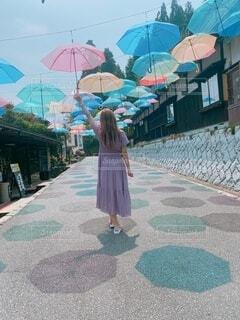 カラフルな傘に囲まれるの写真・画像素材[3676022]