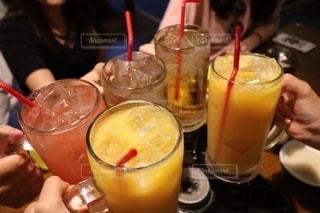 友だち,飲み物,カメラ,グラス,乾杯,ドリンク,女子会,一眼レフ,一眼レフカメラ,ソフトドリンク