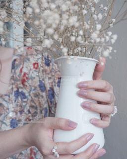ドライフラワーの花瓶とワンピースの写真・画像素材[3063859]