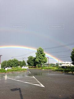 雨上がりのダブルレインボーの写真・画像素材[2595353]