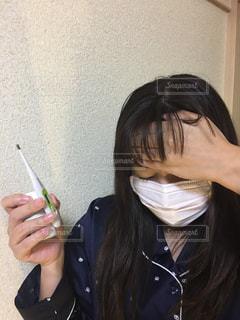 携帯電話を持っている女性の写真・画像素材[2695408]