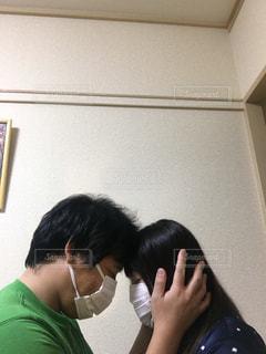 部屋で自分撮りをする男と女の写真・画像素材[2695422]