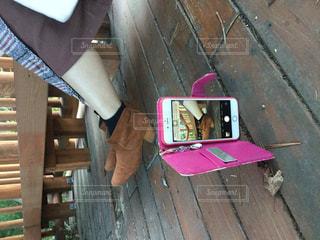 木製のベンチに座っている人の写真・画像素材[2726729]