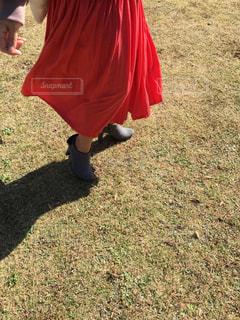 芝生に覆われた畑の上に立つ人の写真・画像素材[2730611]