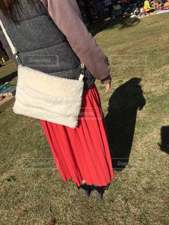 草の中に立っている女性の写真・画像素材[2730704]