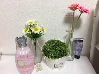 テーブルの上の花瓶の写真・画像素材[2761923]